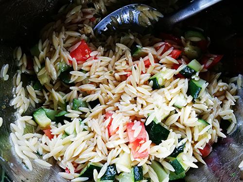 Salade d'orzo aux courgettes et tomates cerises