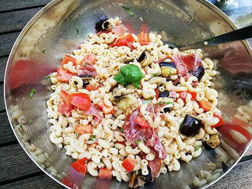 Salade de pâtes aux aubergines grillées et au jambon de Parme notrebonnefranquette